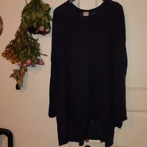 Oversize tunn stickad tröja från Monki! Den är mörkblå