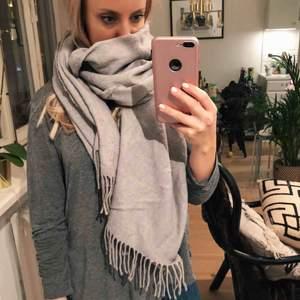 Stor ljusgrå halsduk från Zara. Superskön och värmande