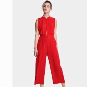 Röd jumpsuit, slutsåld. Storlek small. Festlig! 😍 Passar på ca 36-40 beroende på hur du vill att den ska sitta. Använd en gång ✨
