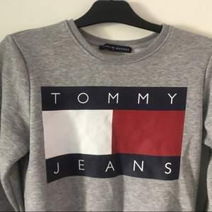 Tommy Hilfiger! Som ni ser är materialet inuti tröjan oerhört mysigt och tröjan i lag är jätteskön. Dock kommer den inte till användning då jag personligen inte passar i grått. Priset och hur vi gör med frakten kan sänkas vid snabb affär 👍🏻 nypris 1000k