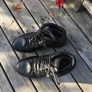 Kängor från Alpitex i storlek 42. Snygga till hösten och fungerar även bra som vandrarskor!