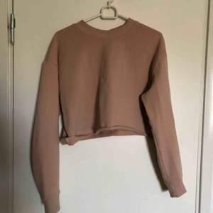 Cropped sweatshirt från HM (klippt hemma). Använd nån gång. Köparen står för frakt:)