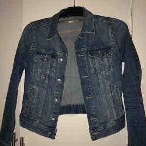 Jättefin jeans jacka från hm köpt i början av sommaren. Stretchigt material, tajt passform Köparen står för frakten