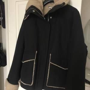 Svart jacka som passar bra på vintern från & other stories. Sparsamt använd och därav mycket bra skick. Köptes för ca 1400 förra året.
