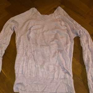 En stickad ljusrosa tröja i super skönt material! Den är använd ett fåtal gånger och är otroligt fin på! Originalproduktioner: 200kr, super bra skick