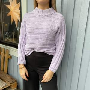 En jättefin lila stickad tröja från Chiquelle i storlek S! Köparen står för frakten och betalning sker via Swish! Kan även hämtas i Trollhättan😊😊😊