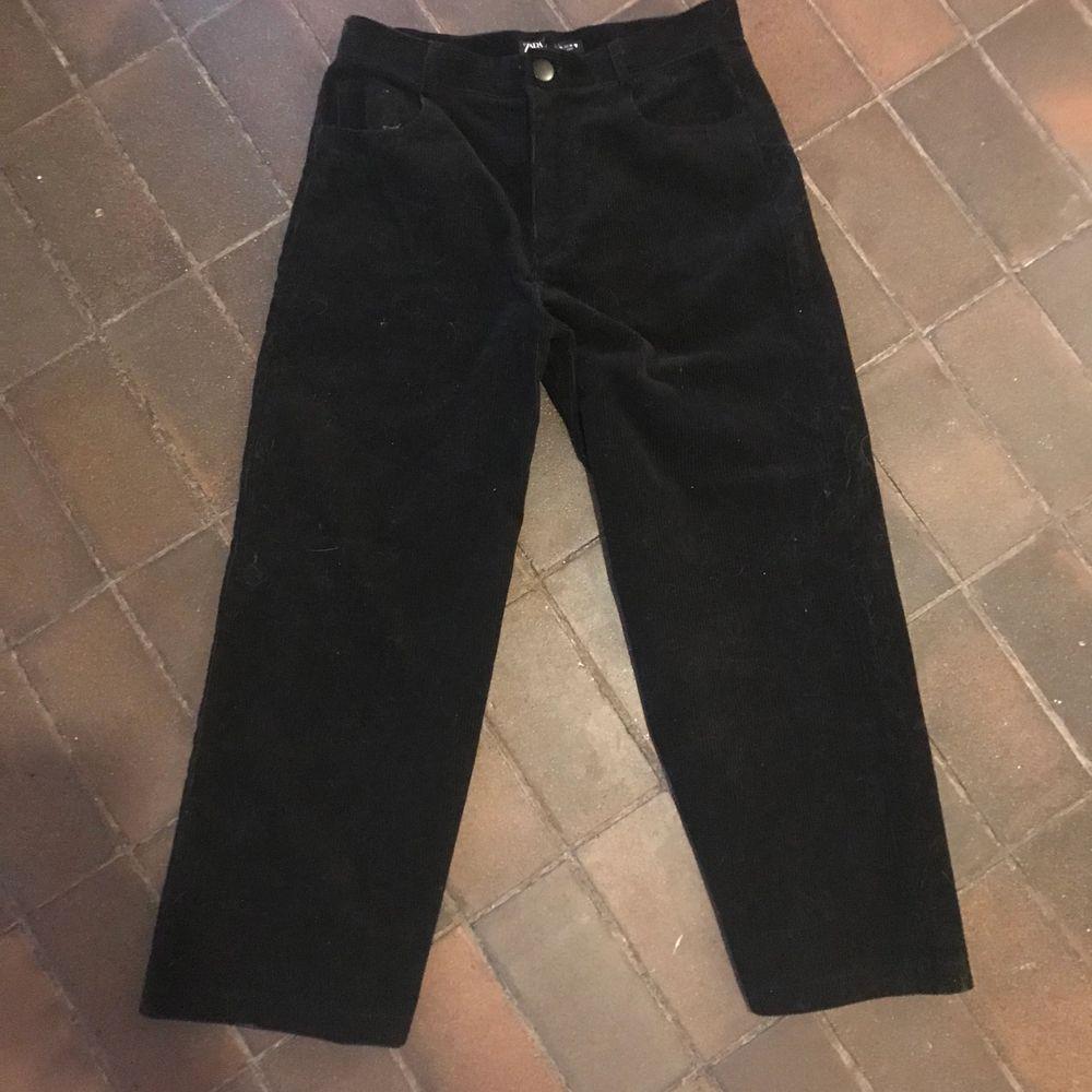 Ett par Manchester byxor som längre inte passar in i min garderob, aldrig använda vilket gör att dem är ett mycket bra skick (orginal pris 599kr) . Jeans & Byxor.
