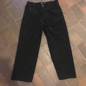 Ett par Manchester byxor som längre inte passar in i min garderob, aldrig använda vilket gör att dem är ett mycket bra skick (orginal pris 599kr)