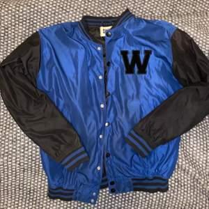 Säljer ännu en ascool vintage baseballjacka i en snygg blå och svart färg. Den har ett W på vänstra bröst i svart sammet. Perfekt oversized och bara skitsnygg. Köparen står för frakten🥰 högsta bud: 450kr buda eller köp direkt för 500kr
