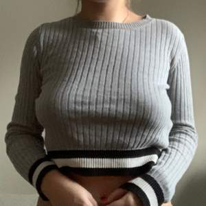 Ribbstickad cropped sweater grå top 🖤