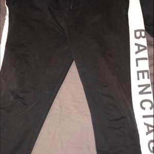 Säljermina balenciaga byxor pågrund av att dom är lite för stora för mig. Storlek M. Hör av er vid intresse🌸