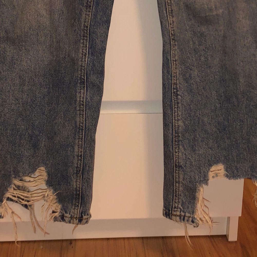 Jeans från Stradivarius, köpta på ASOS. Strl 34. Sparsamt använda. Till anklarna på mig som är 162. Frakt tillkommer.. Jeans & Byxor.
