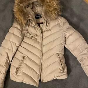 Säljer denna hollies jackan då jag inte använder den. Äkta päls. Storlek M men passar även S.