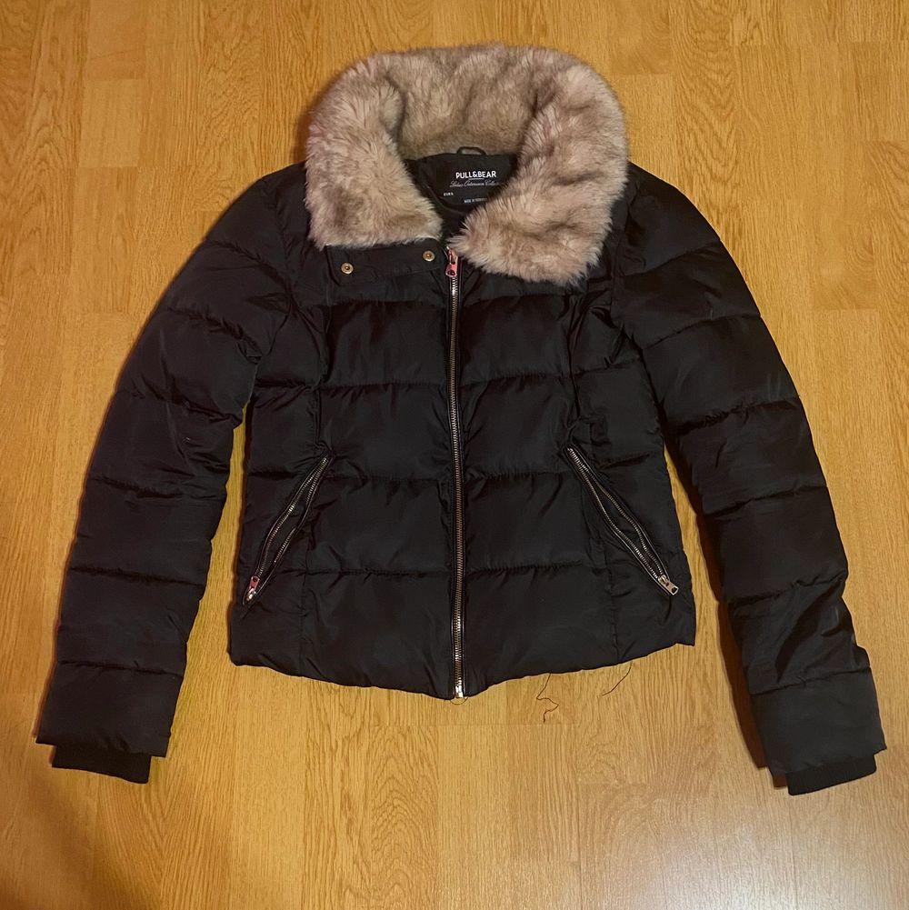 En super fin vinterjacka från Pull&Bear i storleken S❤️ Säljer den eftersom att den inte används så mycket längre. Är köpt för cirka 1 år sedan men är fortfarande i bra skick❤️Köparen står för frakten❤️. Jackor.