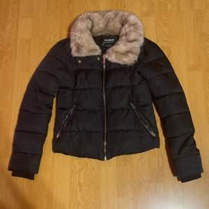 En super fin vinterjacka från Pull&Bear i storleken S❤️ Säljer den eftersom att den inte används så mycket längre. Är köpt för cirka 1 år sedan men är fortfarande i bra skick❤️Köparen står för frakten❤️