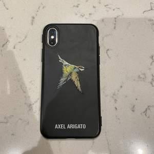 Säljer mitt iPhone skal från axel arigato för att jag har skaffat ny mobil. iPhone X/XS