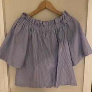 Blåvit randig sommarblus off shoulder, knappt använd, storlek 34. Riktigt söt på. Säljer för 100kr