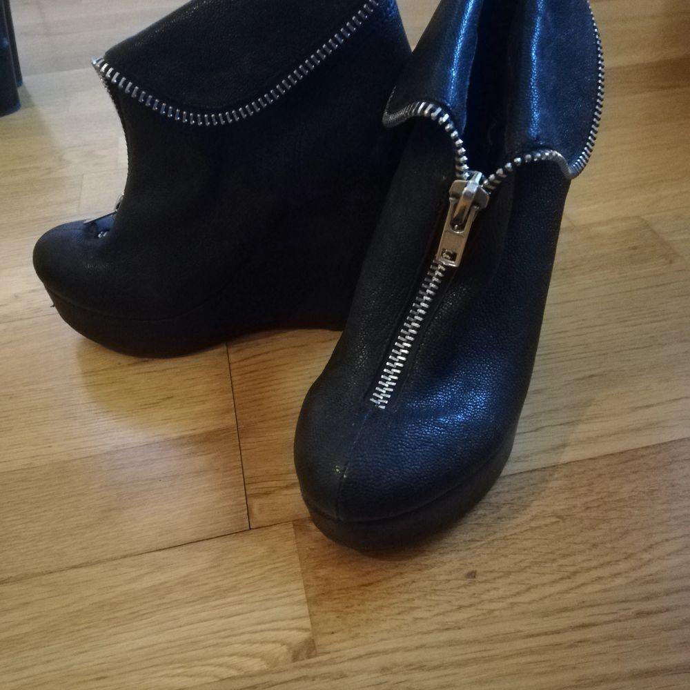 Kilklackar från Jeffrey campbell. Använda ca 5 gånger. Dragkedjan kan användas som på bilden eller dras upp helt och då ge skon ett högre skaft. . Skor.