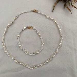 Fint halsband och armband med blommor av glaspärlor & Sötvattenspärlor som jag själv gjort 🤍       Kolla in mer på min Instagram: @aliceruthjewelry                                 Halsband 199kr                                                                 Armband 99kr