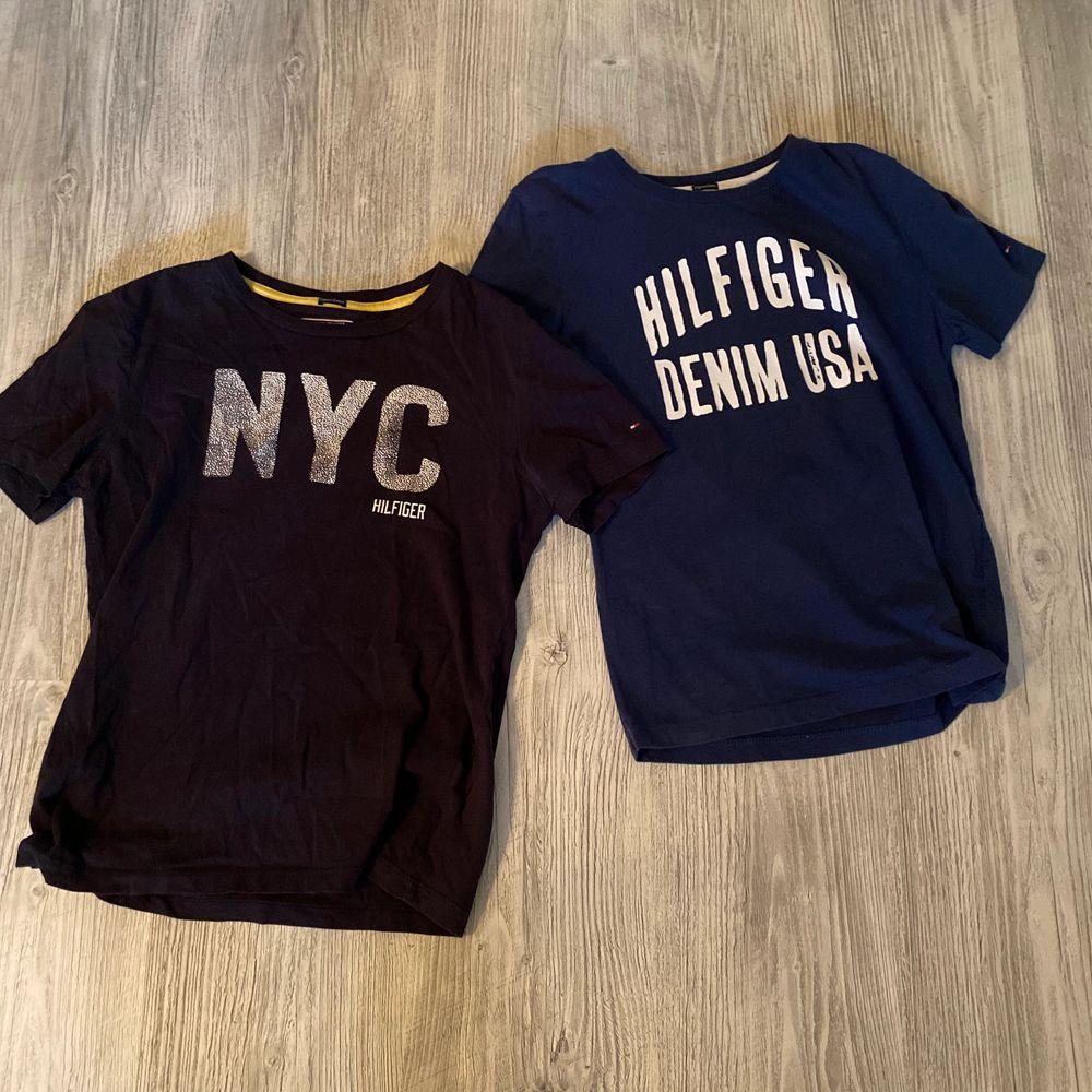 T-shirtarna är i två olika nyanser av blå. Dem båda är i bra skick och storlek 152. Pris för båda 150 kr. Frakt tillkommer . T-shirts.