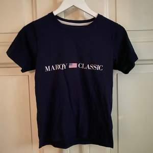 Mörkblå Marqy t-shirt storlek 146/152. Nyskick och frakt tillkommer