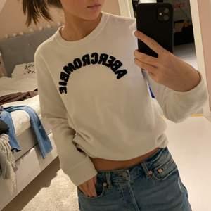 Säljer denna vita sweatshirt från abecrombie, nypris ca 600kr. Är i 13-14 år men passar mig som är 166 perfekt. Säljer för 100kr, kan mötas i täby annars frakt 50kr🤍