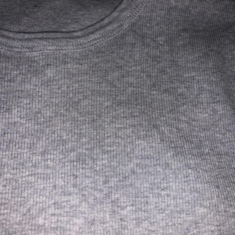 Rufflad T-shirt köpt på Afound för 100kr men det står inte vilket märke tröjan är ifrån. Andvänd typ två gånger❤️. Skjortor.