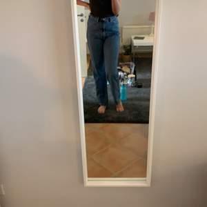 Ett par skit snygga weekday jeans i storlek 28/32. Rowe. Köpt för 500. Använt de ca 3 gånger. Jag är 173 och går hela vägen ner :)