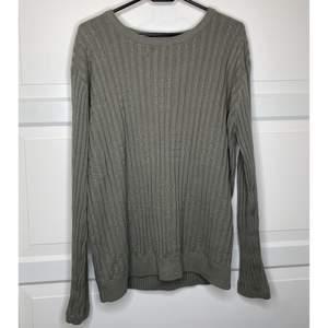 Superbekväm grön långärmad tröja, sitter superfint på kroppen & är oerhört mysig att ha på sig. Blir snabbt en favorit! {Köpare står för frakt eller hämtar i Upplands Väsby!}