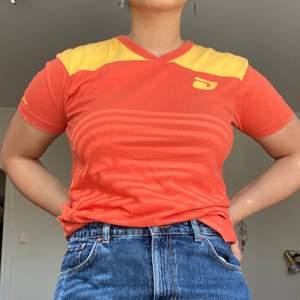 Skitsnygg orange vintage Diesel t-shirt. Fint skick förutom att själva trycker på bröstet är lite fult. Frakt tillkommer♥️