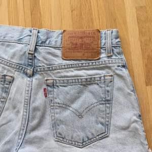Säljer dessa levis shorts eftersom de är lite för stora för mig, endast använda en gång! Hör av er för fler frågor eller fler bilder. Kan hämtas upp i centrala stockholm eller skickas, men då står du för frakten! 🥰🥰