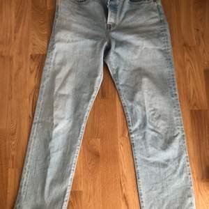 Säljer mina helt oanvända jeans från Levis! Storlek 29. Passform: momfit