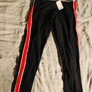 Ett par snygga tjockare tights/byxor från h&m. Storlek L men känns som att det skulle kunna passa M också. Aldrig använda och prislapp kvar.