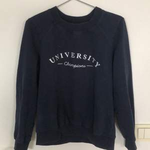 En mörblå sweatshirt från Gina tricot. Den sitter normalt på mig som vanligtvis när S. Köparen står för frakten.