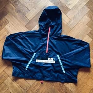 Sparsamt använd vindjacka från Stella sports Adidas. Supersnygg, kortare i modellen, men annars oversize.