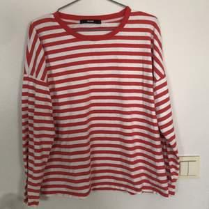 Röd och vit randig tröja från Bikbok i storlek L. Har vanligtvis storlek S och denna sitter fint och oversized på mig. Köparen står för frakten!!