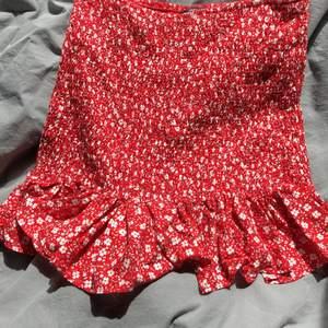jättefin kjol som jag köpte här på plick!! den passade tyvärr inte jättebra på mig så därför säljer jag vidare! det står M men den passar en S eller max en XS! FRAKT ingår i priset!!🌹🌹 hör av dig vid intresse⭐️