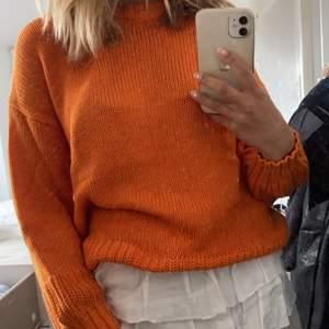 Orange stickad tröja från zara som är slutsåld! Super snygg sommrig med unika muddar 💖💖