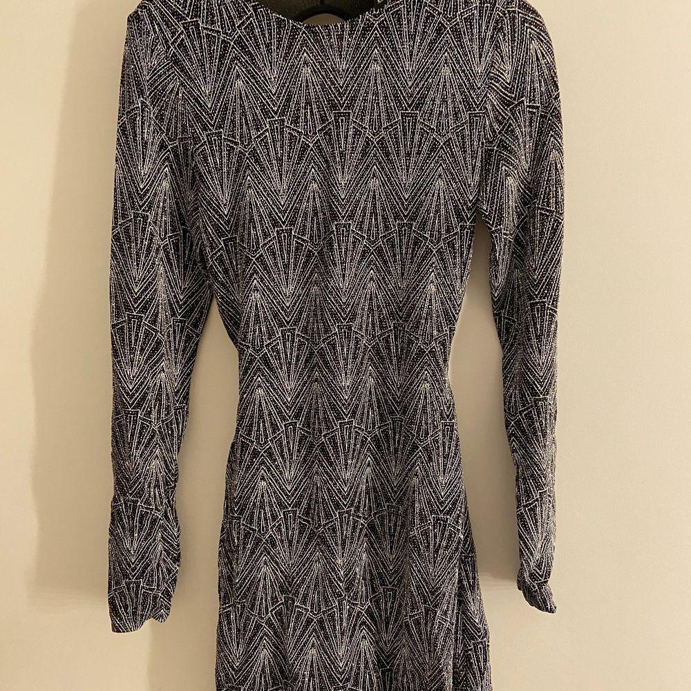 Glitter klänning i strl 36 endast använd 1 gång, köparen står för ev frakt . Klänningar.