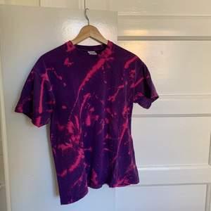 lite oversized tie dye t-shirt stl M köpt på secondhand, aldrig använd. Högsta bud äger tröjan:) Vi börjar på 82kr inklusive frakt. Högsta bud är 170kr inkl frakt. Budet har avslutats med högsta bud på 170kr.