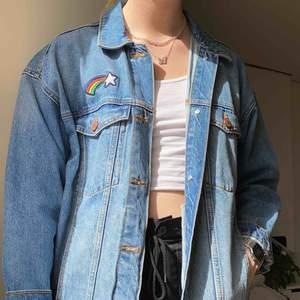 En väldigt fin och somrig jeansjacka köpt på Monki för tre år sedan som inte kommit till användning🥰 Köparen står för frakt som tillkommer🧚🏼♀️