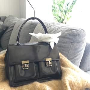 Jätteeesöt väska köpt second hand. Lite trasig på ena sidan men inget som syns särskilt mycket. Köparen står för frakten