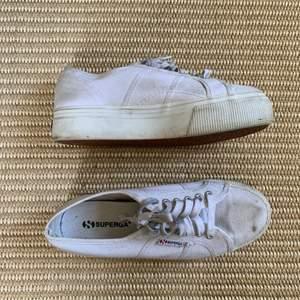 Så snygga platå skor från Superga. De är i modellen 2790-Cotw Linea and Down 901 white. De är lite smutsiga men tror att en tvätt tar bort en del. De är lite orangea precis vid skons linning, se bild 3. Och  lite slitna vid tårna. Annars är de i fint skick!!  Köparen står för frakten!!  Pris kan diskuteras!