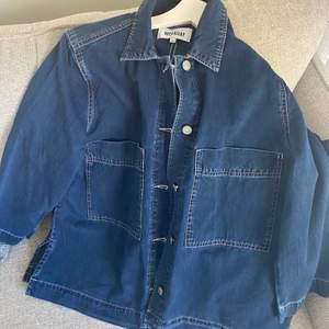 Tunnare jeansskjorta från Weekday, funkar bra att använda som jacka på sommaren. Använd 1 gång så är i bra skick. Frakt ingår i priset, nypris 700 kr