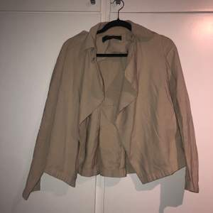 Jacka från Zara storlek XS (passar även de med storlek S).  Använd några gånger. Jackan är mycket ljusare i verkligheten.
