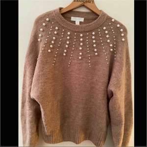jätte mysig tröja med paljetter , använt 1 gång  Köparen står för frakten , kan ge dig personligen ifall du bor iKatrineholm och Linköping