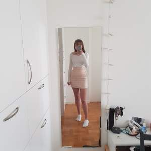 Säljer nu en superfin rutig Chanel inspirerad kjol! Köpt på en vintagebutik utomlands och endast använd ett par gånger sedan dess. Möts upp i Stockholm eller fraktar om så önskas 💕