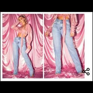 Super fina och sköna jeans med slits, från prettylittlething. Storlek 34 (S). Endast provade, lappen är kvar.💞