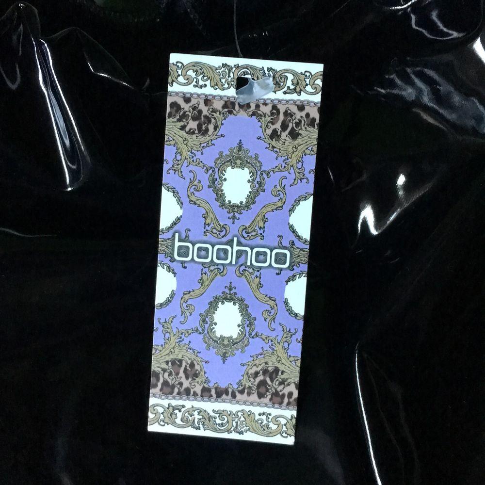 Stretchiga lackleggings från Boohoo säljer pga det inte passar mig så bra. Strl UK 10 EU 38 original pris 324kr. Jeans & Byxor.