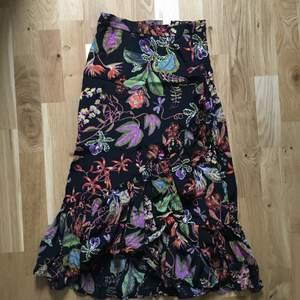 Säljer min riktigt snygga kjol från hm då jag inte kan ha den! Har använt den ca 3 gånger sen växte jag ur den! Den sitter lite högt i midjan så man får en riktigt tjusig form!